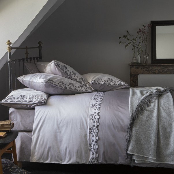 RHAPSODY Bedset in two tone sateen with embroidery